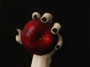 Witch-hand-Apple- black-nailpolish-MarinaAvila