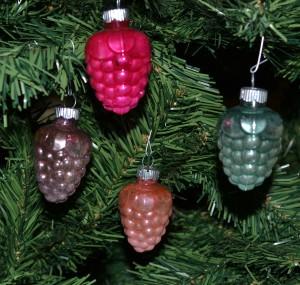 berries-christmas-shiny-brite-ornament